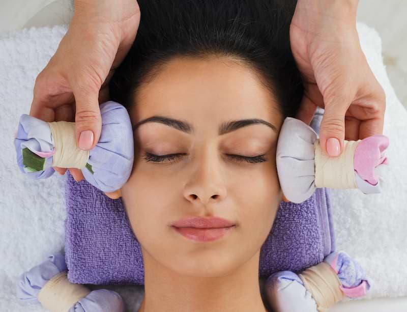 Thajská masáž tváre bylinnými guľami